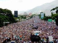 連続50日目の反政府デモに参加した数万人の群衆=カラカスで2017年5月20日午後2時5分、朴鐘珠撮