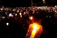 治安部隊に殺害されたデモ参加者を追悼する集会に大勢の市民が集まった=カラカスで2017年5月17日午後7時9分、朴鐘珠撮影