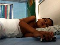 国立小児科病院に入院するホセ・サンチェス君(3)。おむつが足りず、頻繁に交換してやれないと母親が話していた=カラカスで2017年5月19日午後3時40分、朴鐘珠撮影