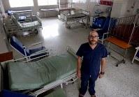 医薬品不足で患者の受け入れ態勢が整わず、がらんとした病室にたたずむフェレル外科医=カラカスの国立小児科病院で2017年5月23日午前11時56分、朴鐘珠撮影