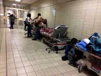 ベネズエラ国内最大規模の総合病院、ドミンゴ・ルシアニ病院の救急外来。患者のベッドが廊下にあふれている=カラカスで2017年5月23日午後1時6分、朴鐘珠撮影