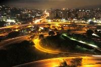 カラカス市内を走る高速高架道路。かつて繁栄したカラカスでは1950年代に高速道路網が整備された=2017年5月23日午後7時21分、朴鐘珠撮影