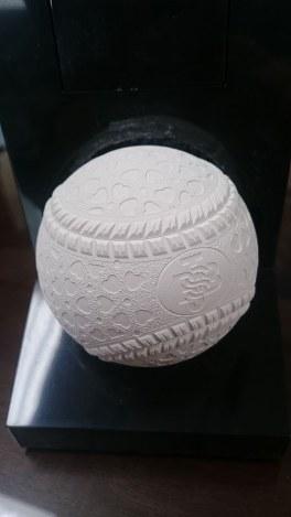 ハートの模様にしたことで表面に占める模様の総面積が約1割増え、空気抵抗が少なくなった。また、縫い目には細かい切れ込みが入っており、指の引っかかりも良くなり、変化球も投げやすくなる=全日本軟式野球連盟で、長田舞子撮影