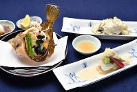 きょうの噺「浮かれの屑より」をお題にした料理。カレイの昆布締め(右手前)、目板ガレイのから揚げ(左)=三浦博之撮影