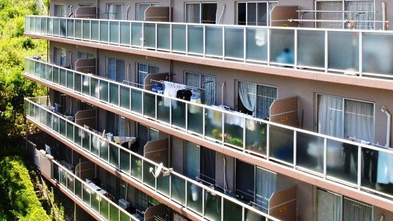 マンションバルコニーの避難用隔壁