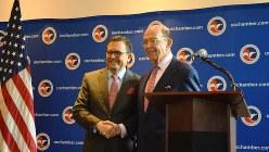 NAFTA見直し交渉を担当するロス米商務長官(右)。左は、メキシコのグアハルド経済相=米ワシントンで2017年6月6日、清水憲司撮影