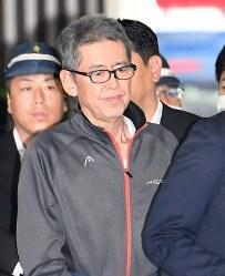 移送される大坂正明容疑者=大阪(伊丹)空港で2017年6月7日午後0時半、山崎一輝撮影