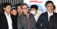 警視庁への移送のため、大阪(伊丹)空港に到着した大坂正明容疑者(中央)=2017年6月7日午後0時半、山崎一輝撮影