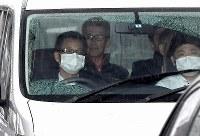 移送される大坂正明容疑者(左から2人目)=大阪(伊丹)空港で2017年6月7日午後0時29分、久保玲撮影