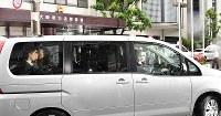 大阪府警大淀署を出る大坂正明容疑者(左から2人目)を乗せた車=大阪市北区で2017年6月7日午後0時6分、小関勉撮影