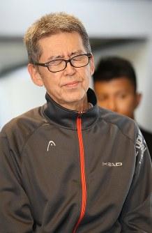 殺人容疑などで再逮捕され、東京に移送された大坂正明容疑者=羽田空港で2017年6月7日午後3時39分、佐々木順一撮影