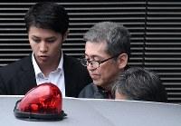 移送される大坂正明容疑者(中央)=羽田空港で2017年6月7日午後3時41分、竹内紀臣撮影