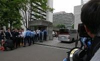 警視庁に入る大坂正明容疑者を乗せた車両=東京都千代田区で2017年6月7日午後4時24分、小川昌宏撮影