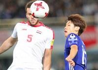 【日本―シリア】前半、相手選手と競り合う大迫(右)=東京・味の素スタジアムで2017年6月7日、長谷川直亮撮影