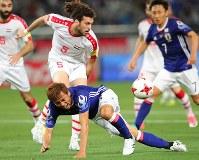 【日本―シリア】後半、相手選手に倒される乾(下)=東京・味の素スタジアムで2017年6月7日、長谷川直亮撮影