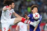 【日本―シリア】後半、相手選手と競り合う大迫(右)=東京・味の素スタジアムで2017年6月7日、長谷川直亮撮影