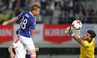 【日本―シリア】後半、ヘディングでゴールを狙う浅野(左)=東京・味の素スタジアムで2017年6月7日、宮武祐希撮影