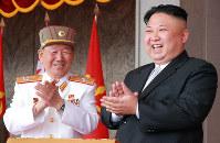 平壌の金日成広場で行われた金日成主席の誕生105周年慶祝閲兵式を観覧する金正恩朝鮮労働党委員長=2017年4月15日、朝鮮中央通信=朝鮮通信