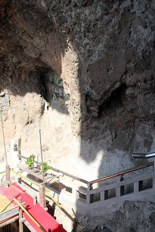 岩肌に浮かび上がった「夏至観音像」=香川県小豆島町坂手で、秋長律子撮影