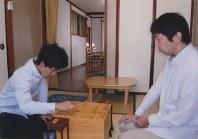 師匠の杉本昌隆七段と=藤井裕子さん提供