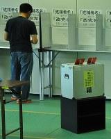 参院選の期日前投票所。「秘密投票」の原則に沿う形で、投票用紙を記入する場所は1人分ずつ区切られている=大津市で2016年6月29日、田中将隆撮影