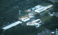 核燃料物質の保管容器を点検していた作業員5人が放射性物質に汚染された、日本原子力研究開発機構・大洗研究開発センターの燃料研究棟(右上)=茨城県大洗町で2017年6月6日、本社ヘリから宮武祐希撮影