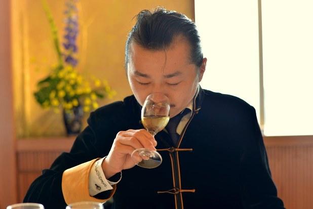 お茶会でお茶の香りを確かめる馨華の秦国力社長=馨華提供