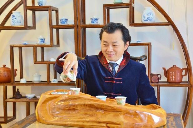 馨華のお茶を楽しめる「蘭香茶館」でお茶を振る舞う秦社長