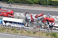 The area of the Tomei Expressway where a car smashed into a bus is pictured on June 10, 2017, in Shinshiro, Aichi Prefecture, in this photograph taken from a Mainichi Shimbun helicopter. (Mainichi)