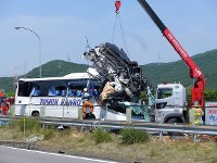 The car that smashed into the bus is lifted up after the accident on the Tomei Expressway on June 10, 2017. (Photo courtesy of Toshin Kanko Bus Co. Ltd.)