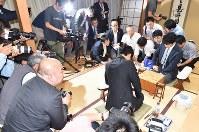 第3期叡王戦段位別予選でデビュー以来の公式戦25連勝を達成し、感想戦で対局を振り返る藤井聡太四段(右奥から3人目)。手前は対局した都成竜馬四段=東京都渋谷区の将棋会館で2017年6月10日午後9時34分、西本勝撮影