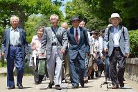 広島地裁へ追加提訴に向かう原告団=広島市中区で、竹下理子撮影