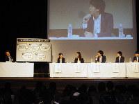 大阪万博について若手会社員たちと討議する池上彰さん(左端)=大阪市北区の市中央公会堂で、嶋谷泰典撮影