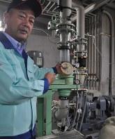 マイクロ水力発電について説明する出口裕一所長。手に持つのは内蔵されているプロペラ=御殿場市駒門のリコー環境事業開発センターで