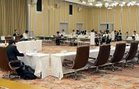 関西広域連合の広域連合委員会では、地方分権に対する首長の考え方の違いが見え隠れしている=兵庫県姫路市で、井上元宏撮影