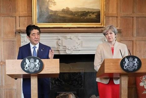 安倍首相と会見に臨むメイ英首相(右)=2017年4月28日(首相官邸ホームページより)