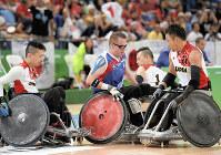 リオ・パラリンピックの車いすラグビーで、フランス選手をブロックする若山英史(右から2人目)、今井友明(左端)。2人はともに頸髄を損傷したが、競技に取り組んでいる=リオデジャネイロのカリオカアリーナで2016年9月、徳野仁子撮影