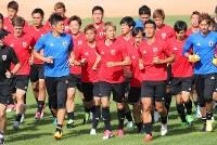 イラク戦に向けランニングで調整するサッカー日本代表の選手たち=イラン・テヘラン近郊で2017年6月11日、長谷川直亮撮影