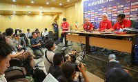 イラク戦を前に記者会見するサッカー日本代表のハリルホジッチ監督(右から2人目)=イラン・テヘランで2017年6月12日、長谷川直亮撮影