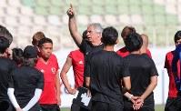 練習前に選手たちに話しをするハリルホジッチ監督(中央)=イラン・テヘランのPASスタジアムで2017年6月12日、長谷川直亮撮影
