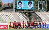 イラク戦を前に試合会場となるPASスタジアムでランニングする日本代表の選手たち=イラン・テヘランで2017年6月12日、長谷川直亮撮影