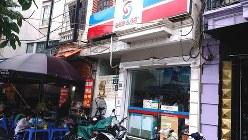 外資系コンビニチェーン「ショップ・アンド・ゴー」。繁華街を中心にベトナム国内で約120店舗を展開する=ハノイ市内で2017年5月19日、赤間清広撮影