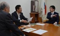 鈴木市長(中央)に「ごえんなこんさあと」について説明する野本さん(右)と水野理事長(左)