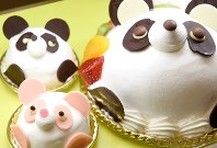 A cake decorated like a baby giant panda, bottom left, to celebrate the June 12 birth of a panda cub at Ueno Zoological Gardens is seen at the Antenor patisserie in the Matsuzakaya department store in Tokyo's Ueno district, on June 13, 2017. (Mainichi)