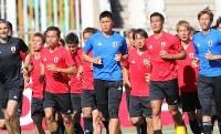 イラク戦を前ランニングする日本代表の選手たち=イラン・テヘランのPASスタジアムで2017年6月12日、長谷川直亮撮影