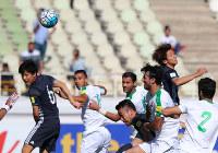 【イラク―日本】前半、大迫(右上)が先制ゴールを決める=イラン・テヘランで2017年6月13日、長谷川直亮撮影