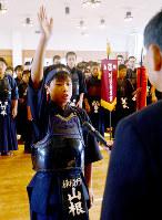 開会式で宣誓をする山根孝之佑さん=鳥取市東町1の市武道館で、李英浩撮影