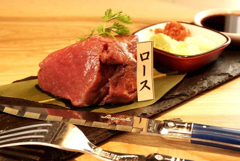 「馬刺しの塊刺し」(980円税別、以下同)は、お客さん自身が切り分ける斬新な提供法が好評