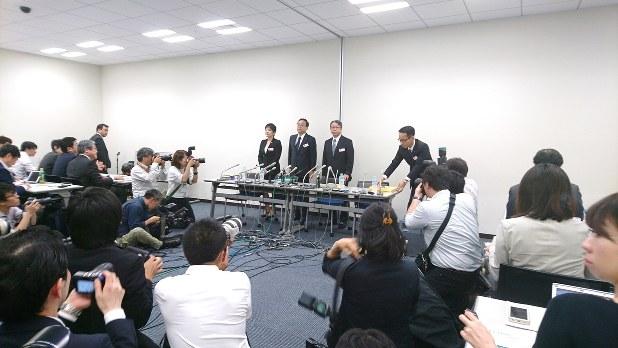 会見場となった東京証券取引所の一室には多くの報道陣が集まった=2017年6月12日撮影