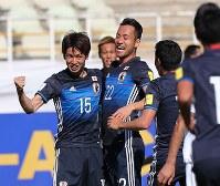【イラク―日本】前半、先制ゴールを決めて喜ぶ大迫(左)=イラン・テヘランで2017年6月13日、長谷川直亮撮影